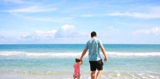 dziewczynka z tata nad morzem