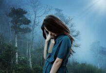 dziewczyna z depresja w lesie