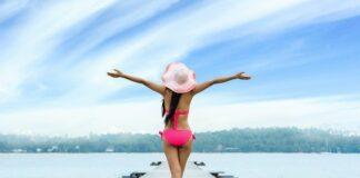 dziewczyna nad jeziorem na pomoscie